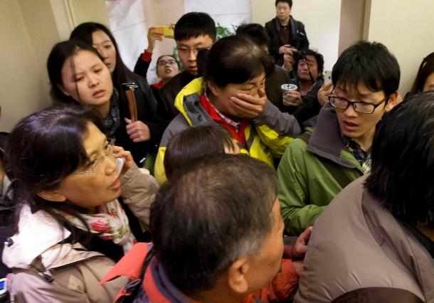 Verzweifelt warten Angehörige und Freunde der Passagiere auf Nachrichten.