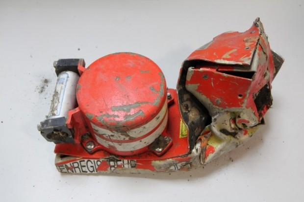 Die beschädigte Black Box aus der Unglücksmaschine. Der Stimmenrekorder wird gerade in Paris ausgewertet.