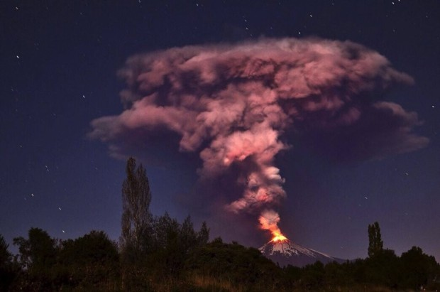 Volcano-Villarrica-erupting